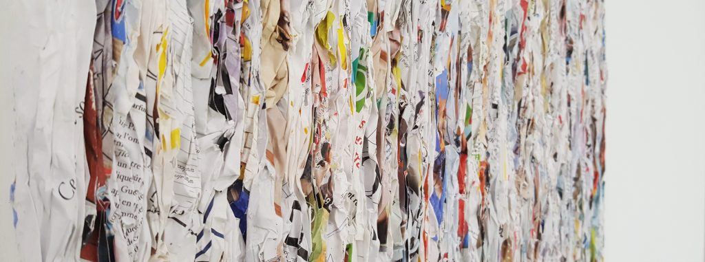 Détail d'une oeuvre de Kim Chun Hwan, montrant le travail minutieux du papier, dans la lignée du mouvement Dansaekhwa.